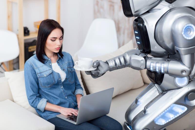 Moderne robot die kop van koffie geven aan triest meisje royalty-vrije stock afbeeldingen