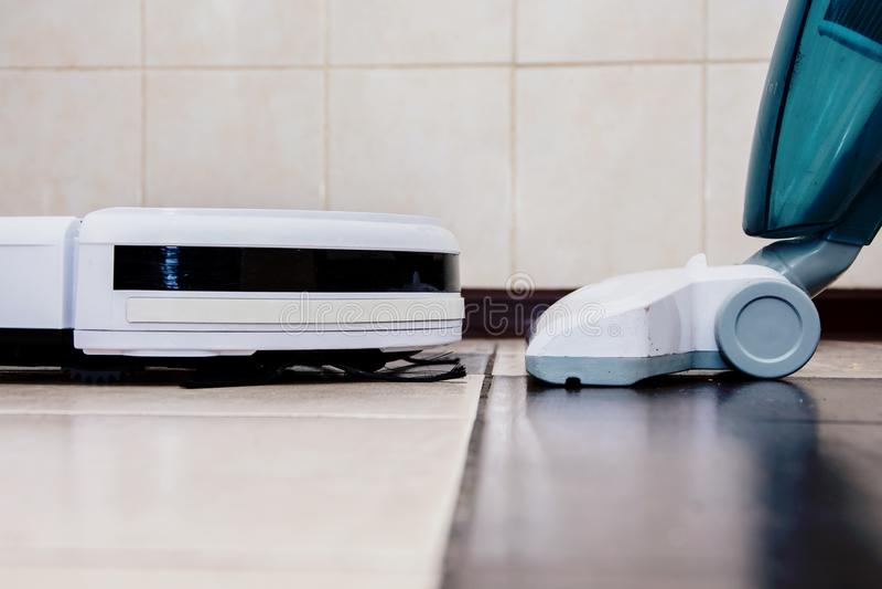 Moderne robot stofzuiger voor gewone stofzuiger met handvat stock foto's