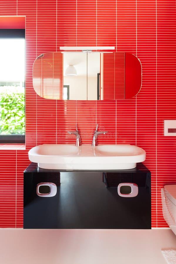 Moderne rode badkamers royalty-vrije stock afbeelding