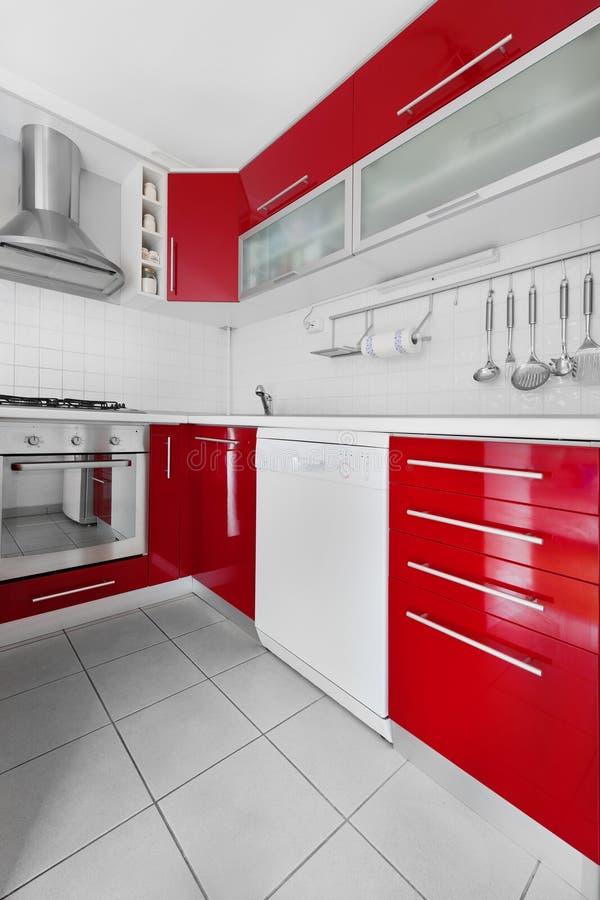 Moderne rode en witte keuken stock foto