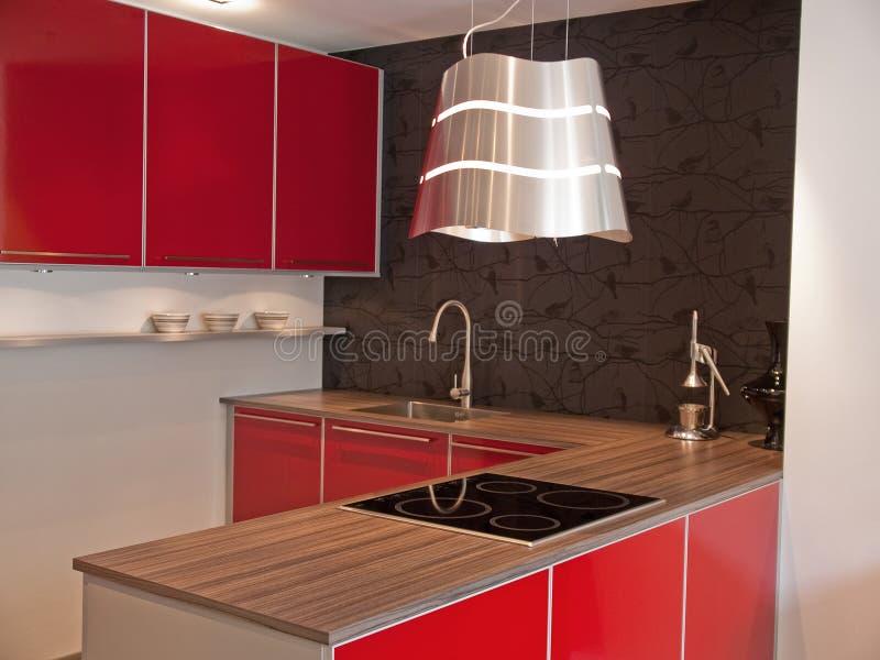 Moderne rode keuken stock foto's