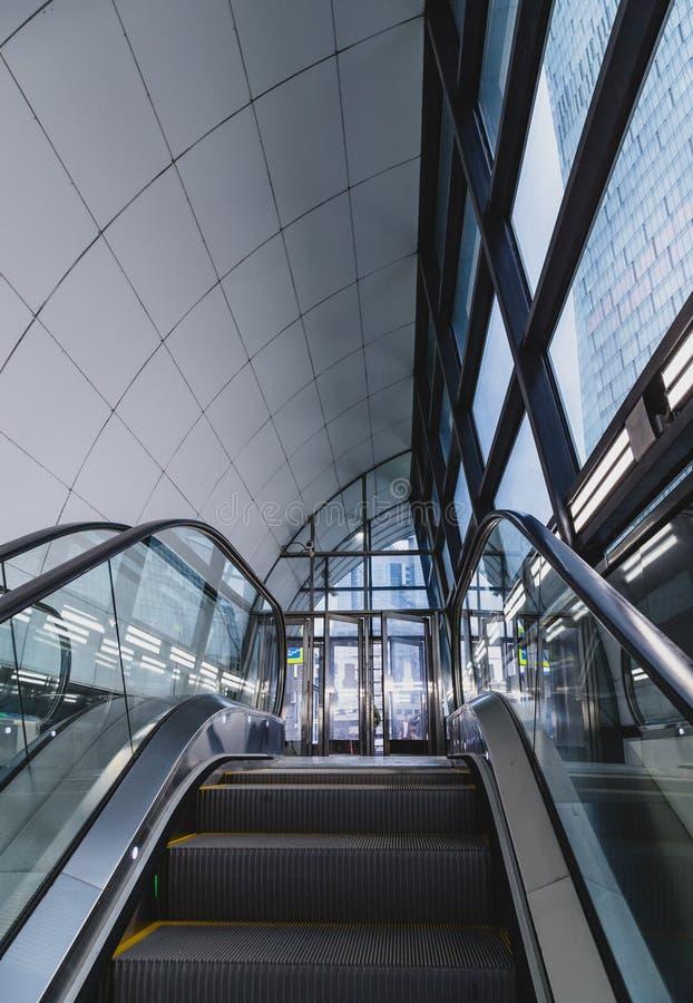 Moderne Rolltreppe in der Stadt lizenzfreies stockfoto
