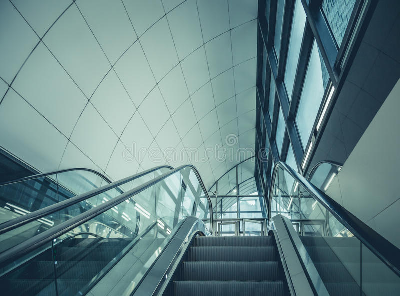 Moderne Rolltreppe in der Stadt stockfoto