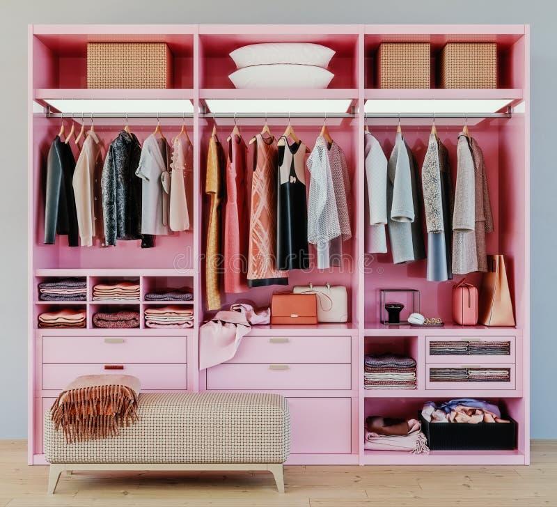 Moderne rosa Garderobe mit der Kleidung, die an der Schiene im Weg im Wandschrankentwurfsinnenraum hängt lizenzfreies stockfoto