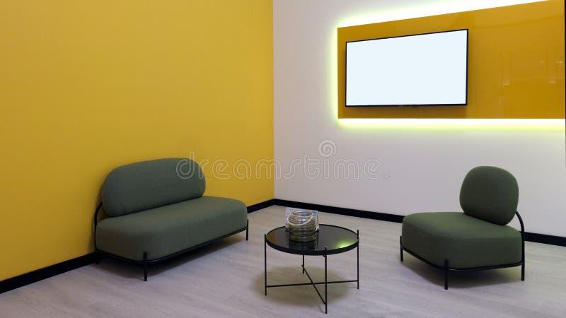 Moderne ruimte in gele stijl Leunstoelen en een lijst in de hoek TV-het scherm op de muur Exemplaarruimte en model stock afbeeldingen