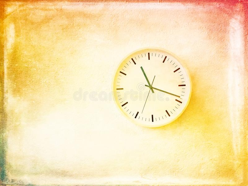 Moderne runde Uhr auf heller gemalter Wand stockfoto