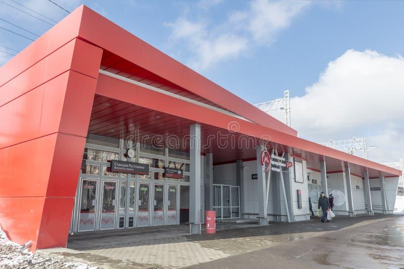 Moderne Russische Spoorwegenposten en passagierstreinen royalty-vrije stock afbeeldingen