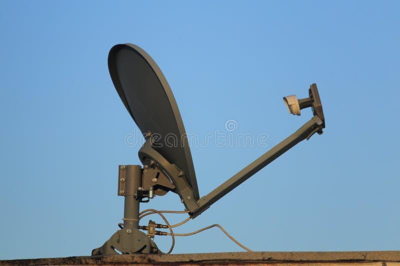 Moderne SatellietdieSchotel op een Dak wordt geïnstalleerd royalty-vrije stock afbeelding