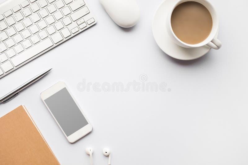 Moderne Schreibtischtabelle der Draufsicht im weißen Hintergrund stockbild