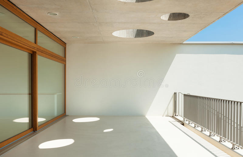 Moderne Schule, Ansicht vom Balkon lizenzfreie stockbilder