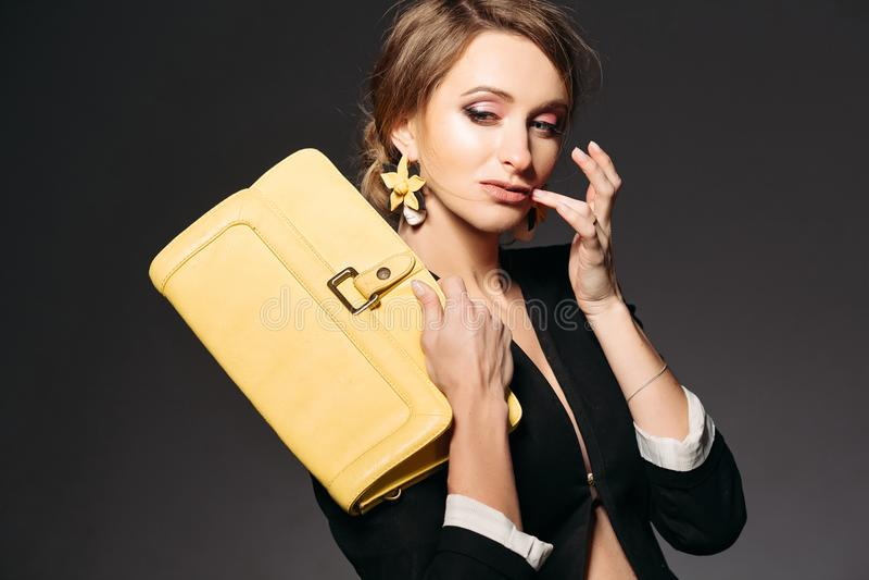 Moderne schwangere Frau mit gelber Tasche lizenzfreies stockbild