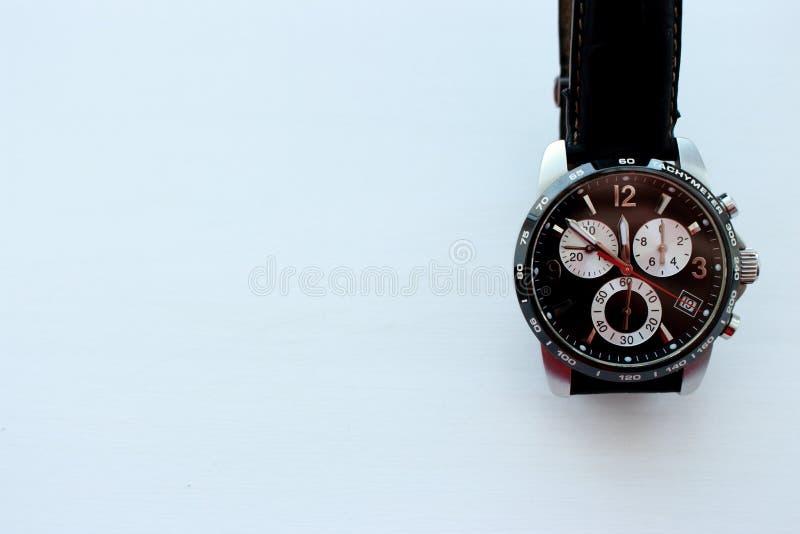 Moderne schwarze Handuhr auf wite Hintergrund mit Kopienraum Zeit- und Geschäftshintergrund Luxusmänner zusätzlich stockbilder