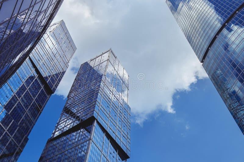 Moderne scyscrapers op blauwe hemelachtergrond royalty-vrije stock foto