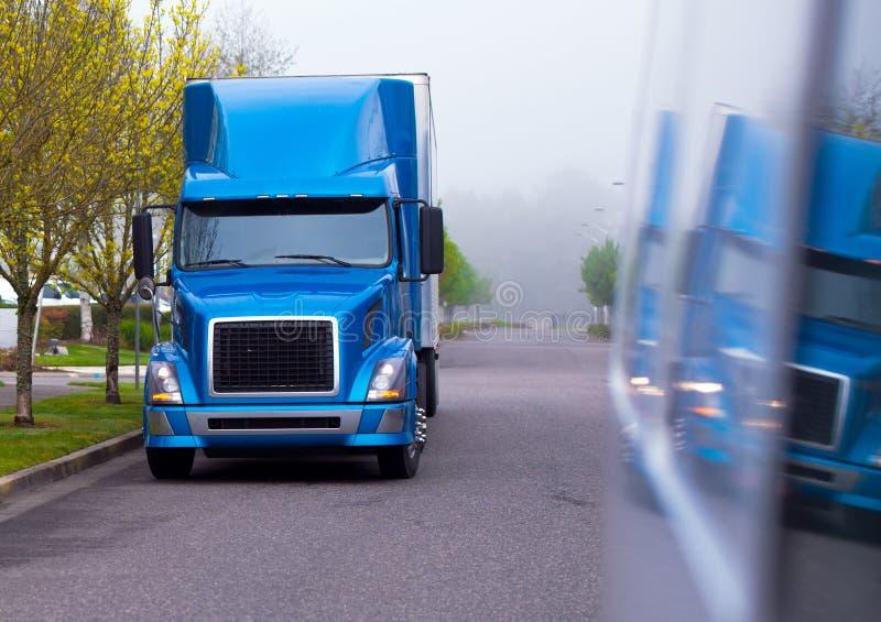 Moderne semi vrachtwagen blauwe glanzende kleur van professionele grote installatie stock afbeeldingen