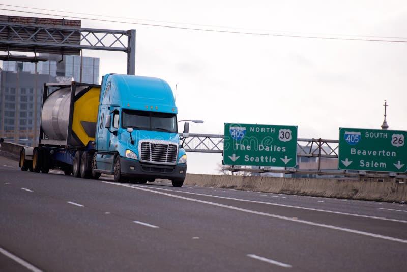 Moderne semi vrachtwagen die chemische producten in een speciale aanhangwagen vervoeren royalty-vrije stock afbeelding