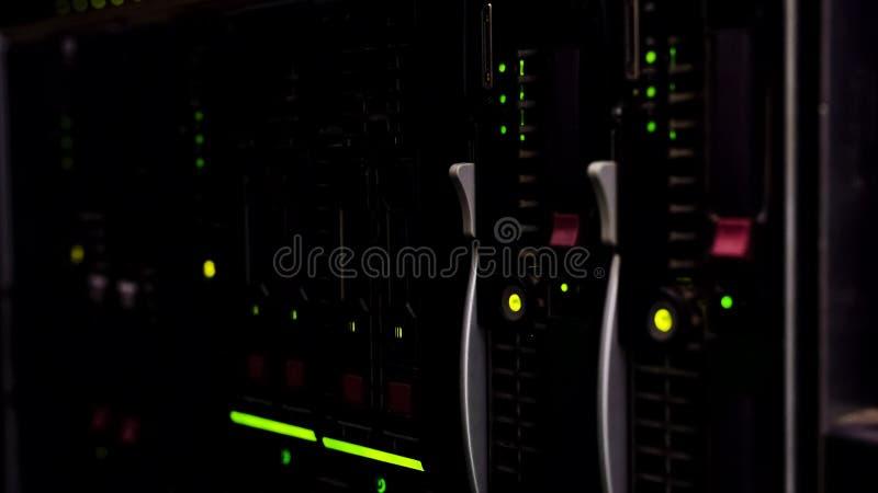 Moderne Servernahaufnahme, Datenverarbeitungsdatenspeicherung der Wolke, technologischer Fortschritt stockbild