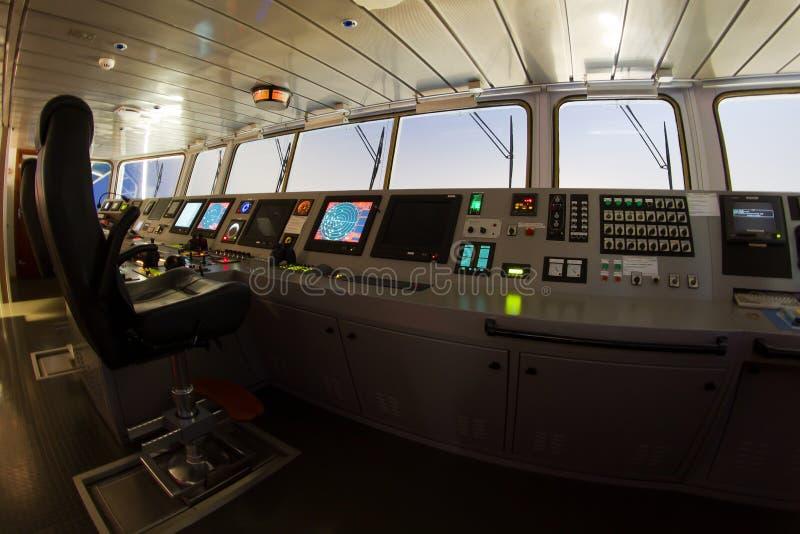 Moderne shipâs navigatiebrug stock fotografie