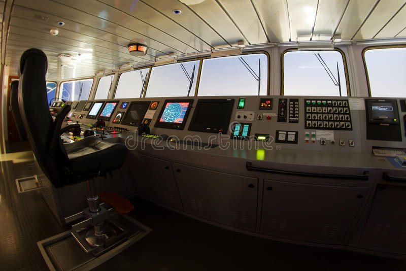 Moderne shipâs Navigationsbrücke stockfotografie