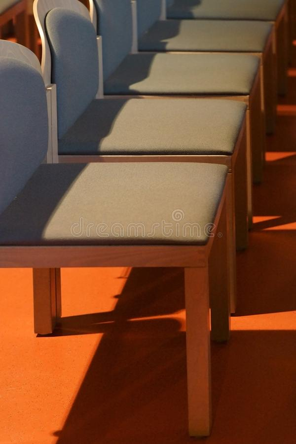Moderne Sitze wirft Schatten lizenzfreies stockbild