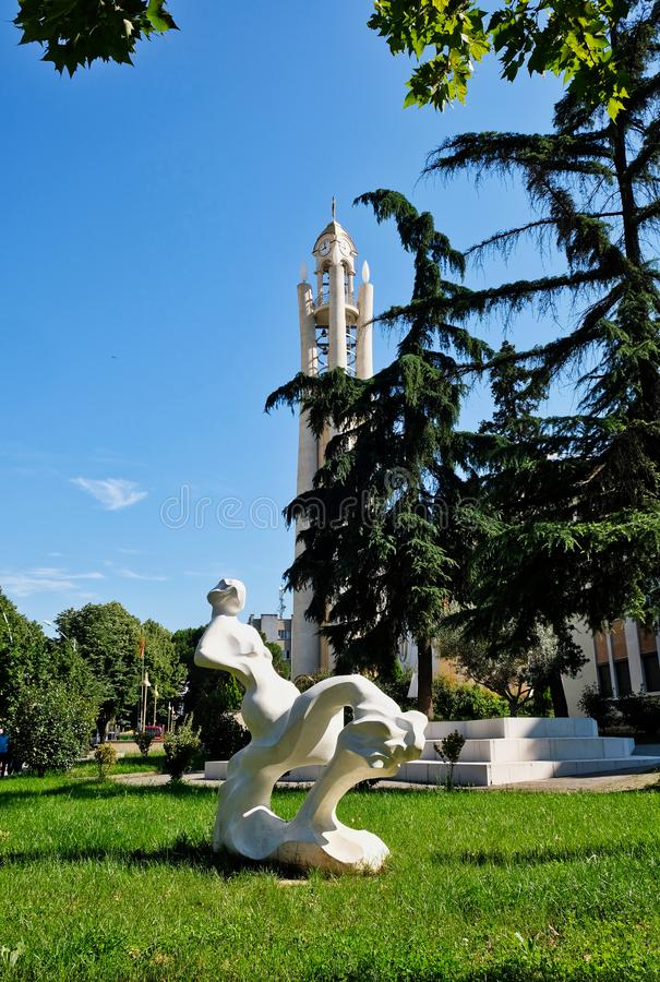 Moderne Skulptur, stützende Frauenfigur, Tirana, Albanien lizenzfreies stockbild