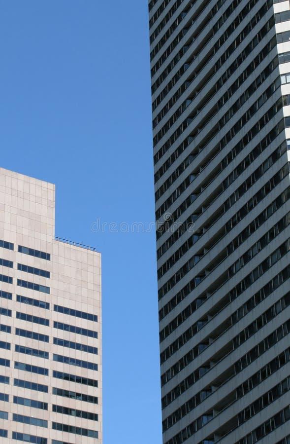 Download Moderne skycraper Büros stockbild. Bild von niedrig, fenster - 12201641