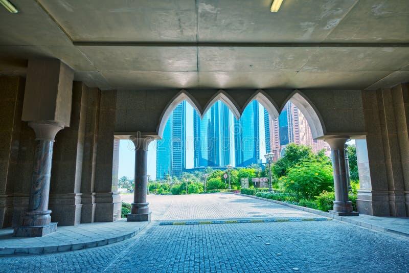 Moderne Skyline Abu Dhabis vom Emirat-Palast an einem sonnigen Tag stockbilder