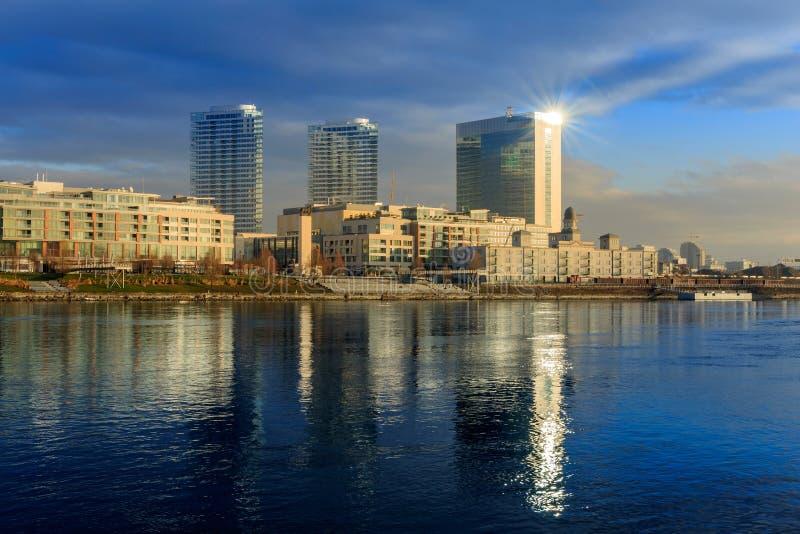 Moderne skyscapers van Bratislava, dichtbij de rivier van Donau, de winterochtend, stock fotografie