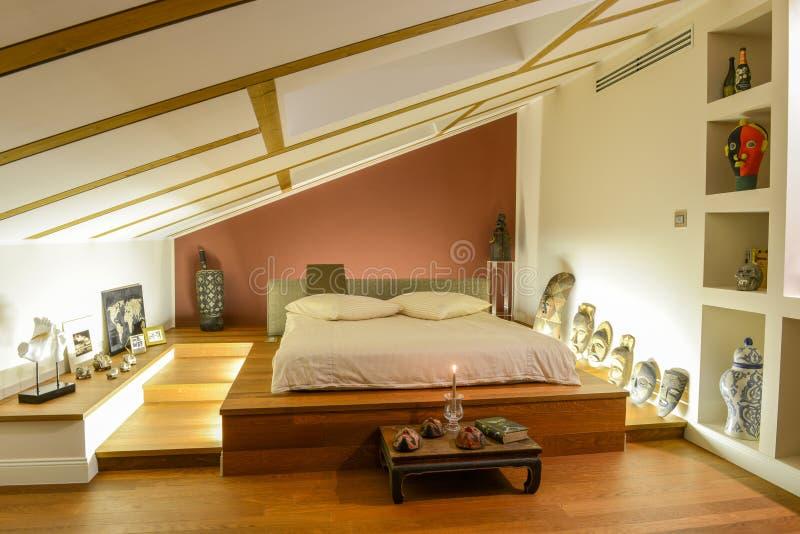 Moderne slaapkamer met Afrikaanse decoratie stock fotografie
