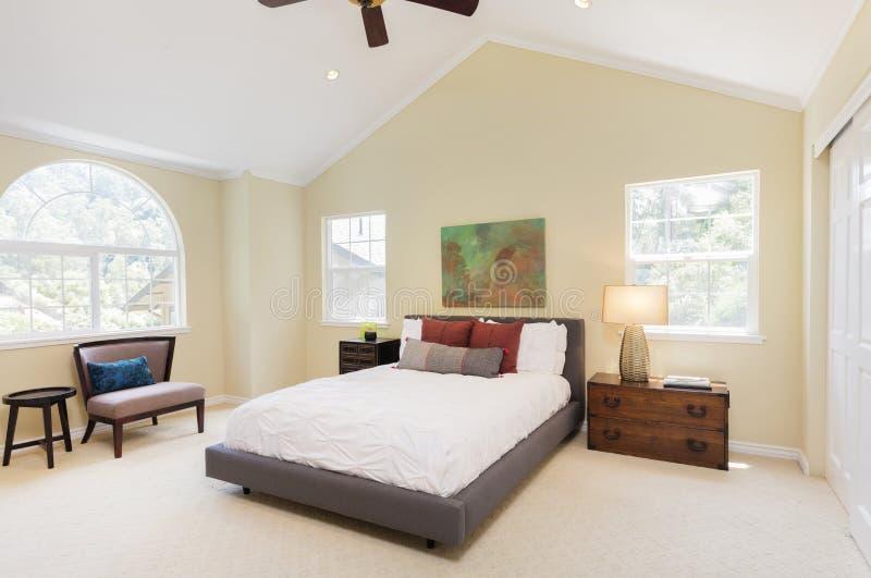 Moderne slaapkamer met een hoogtepunt bereikt dak royalty-vrije stock foto