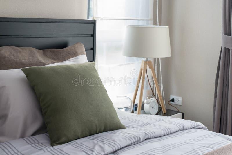 Moderne slaapkamer met groen hoofdkussen stock foto's