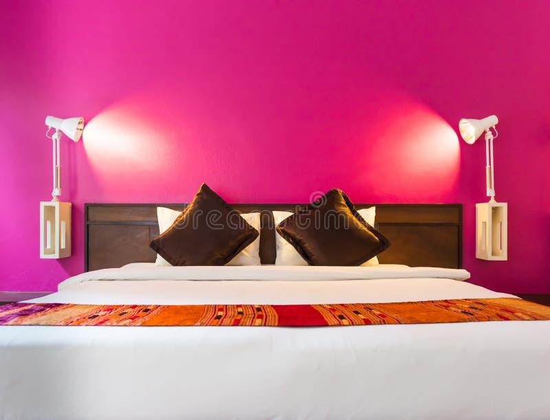 Moderne Slaapkamer met lege muur stock foto