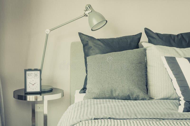 Moderne Slaapkamer Met Moderne Grijze Lamp En Klok Aan Lijstkant ...
