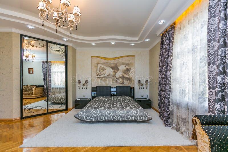 Moderne slaapkamer met royalebed royalty-vrije stock foto