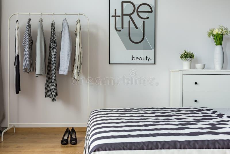 Moderne slaapkamer van een vrouw royalty-vrije stock afbeelding