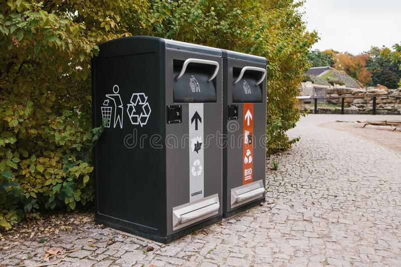 Moderne slimme bakken Afvalinzameling Gescheiden inzameling van huisvuil en biologisch afbreekbaar afval royalty-vrije stock afbeeldingen