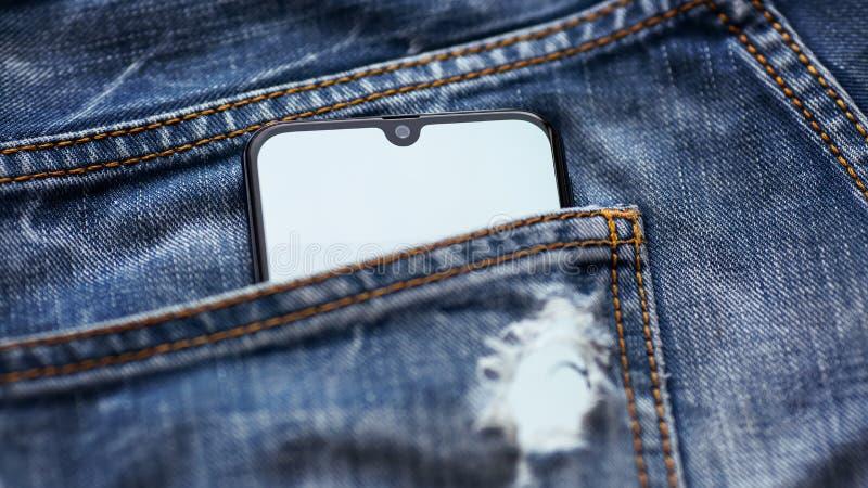 Moderne smartphone met het witte scherm in jeanszak royalty-vrije stock foto's