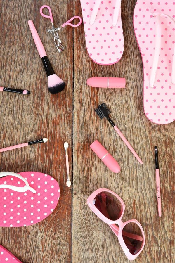Moderne moderne Sonnenbrille und Sandalen mit Make-upkosmetik stockfotos