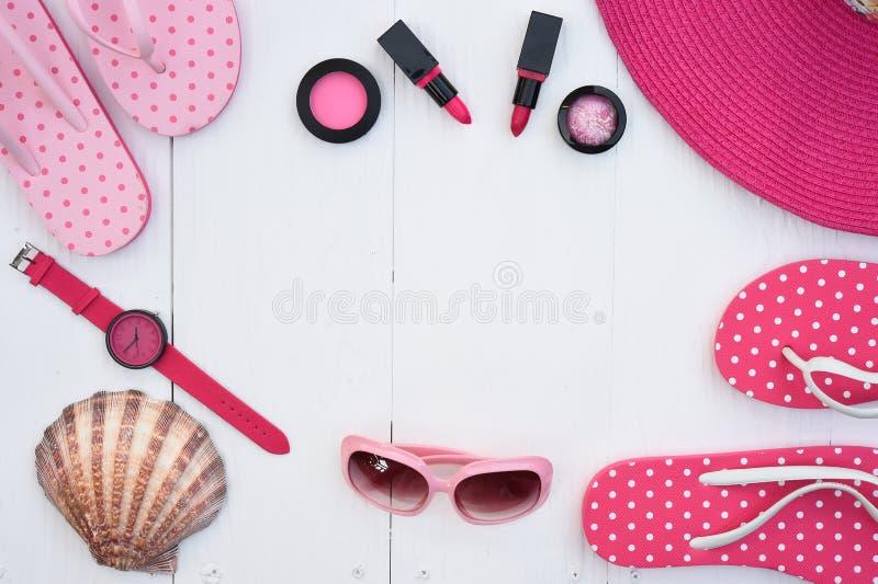 Moderne moderne Sonnenbrille und Sandalen mit Make-upkosmetik lizenzfreies stockbild