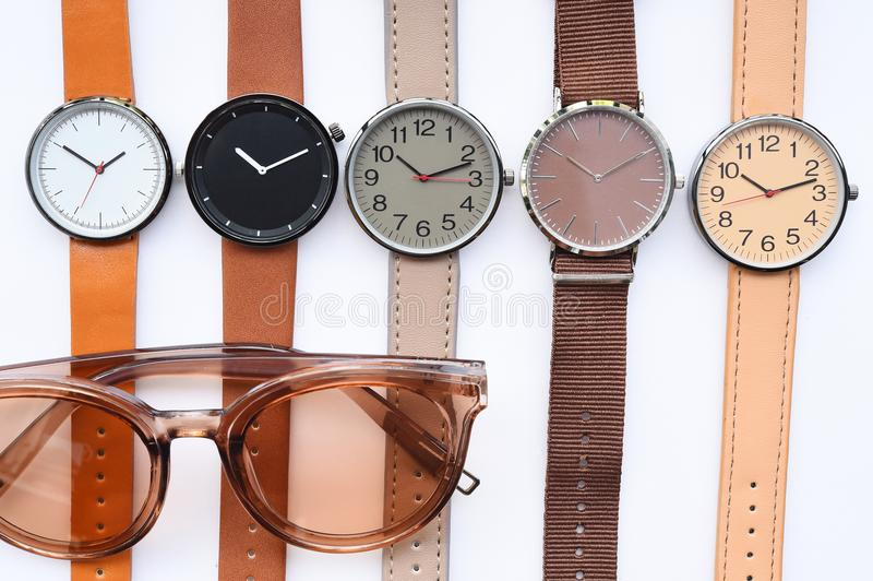 Moderne moderne Sonnenbrille und Satz der mehrfarbigen Armbanduhr stockfoto
