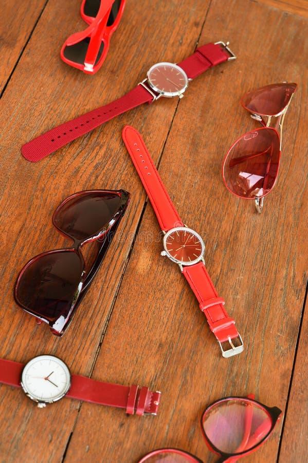 Moderne moderne Sonnenbrille und Satz der mehrfarbigen Armbanduhr lizenzfreies stockfoto