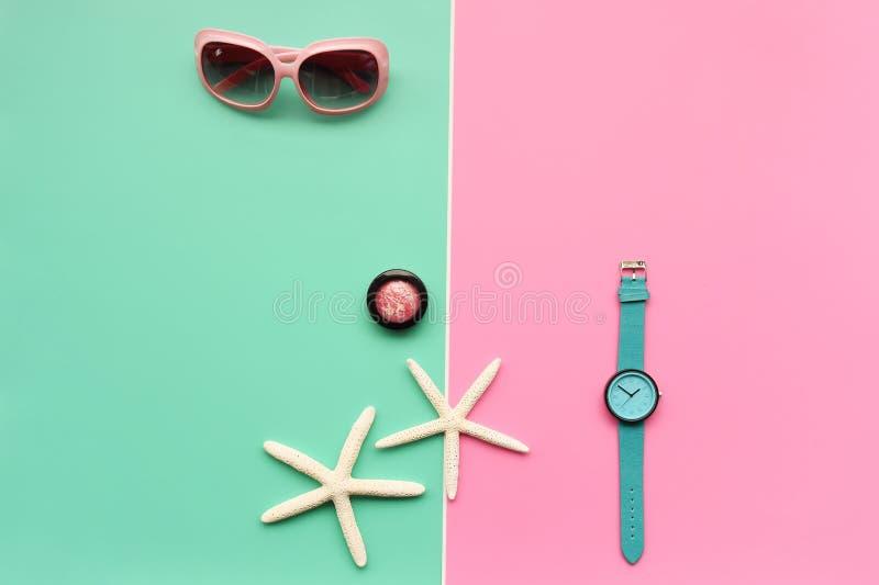 Moderne moderne Sonnenbrille und Starfish mit Oberteil stockfotografie