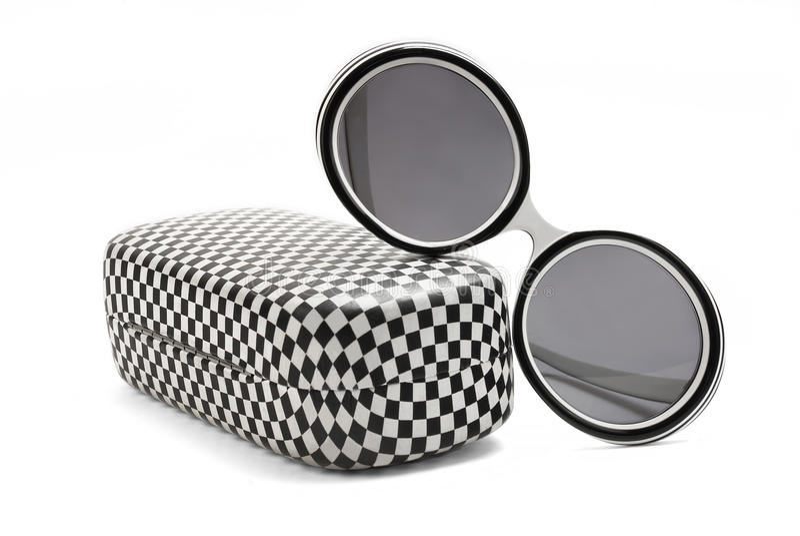 Moderne Sonnenbrillen und Fall lizenzfreie stockbilder