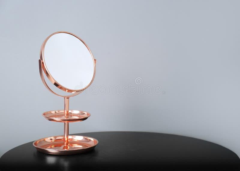Spiegel Met Lijst : Moderne spiegel op lijst stock foto afbeelding bestaande uit