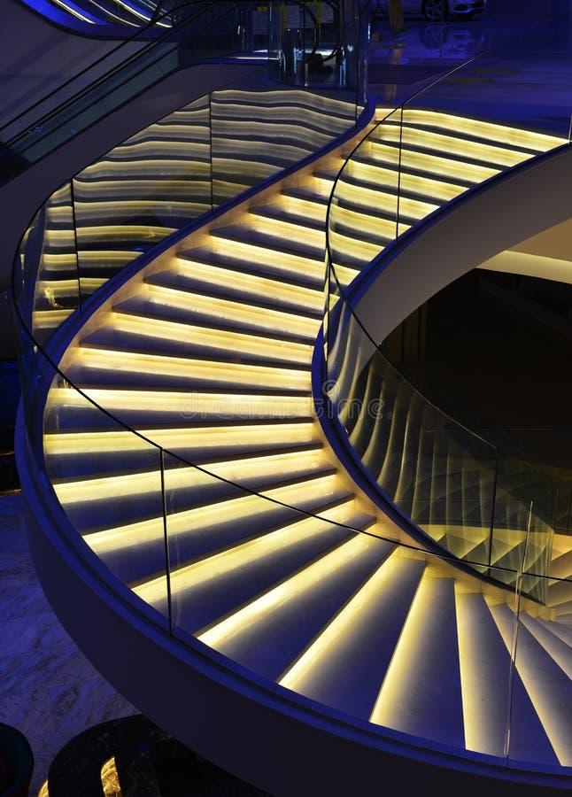 Moderne spiraalvormige die treden met geleid licht worden verfraaid royalty-vrije stock fotografie