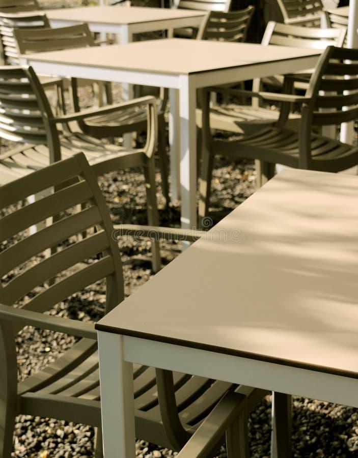 Moderne Stühle und Tabellen stockbilder