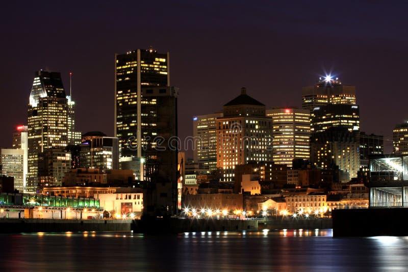 Moderne stad bij nacht royalty-vrije stock afbeelding