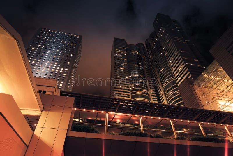 Moderne stad bij nacht Donkere wolkenkrabbers, stock fotografie
