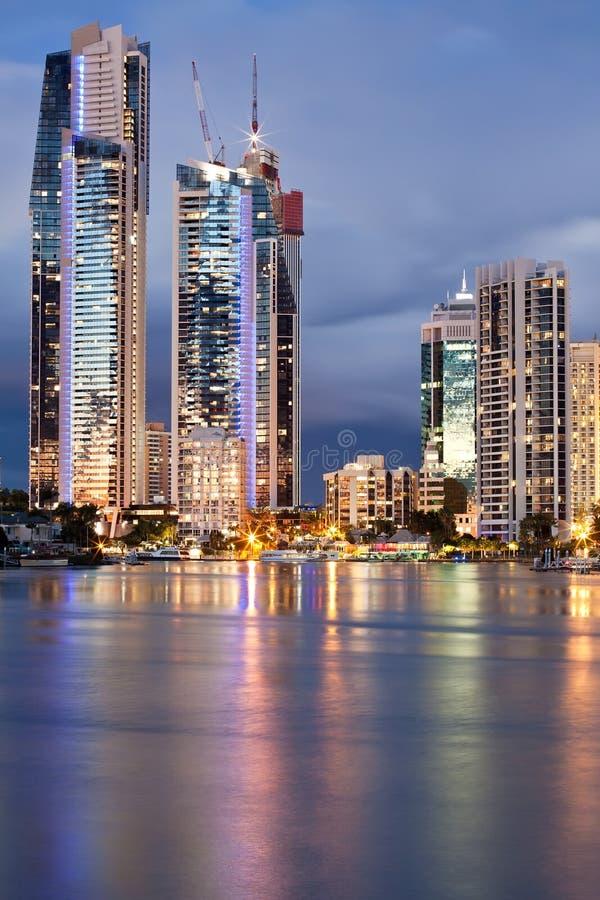 Moderne stad bij schemering (gouden kust, Australië) stock foto