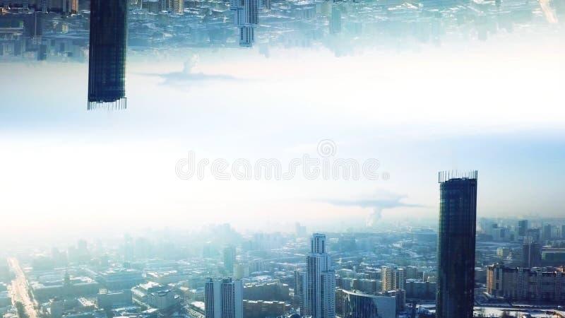 Moderne stad met spiegeleffect Voorraadlengte Abstracte animatie met effect van parallelle werkelijkheid van nagedacht royalty-vrije stock afbeelding