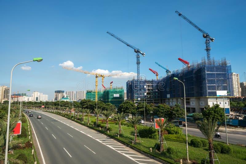 Moderne Stadt mit Landstraßenverkehr und im Bau -errichten Hanoi-Stadt, lange Landstraße Thang stockbild